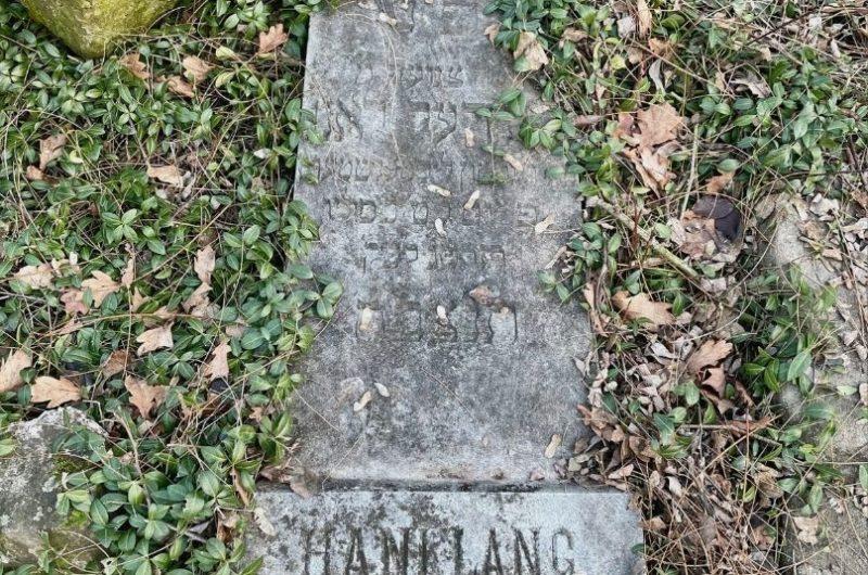 Na obrázku sa nachádza pomník zo židovského cintorína