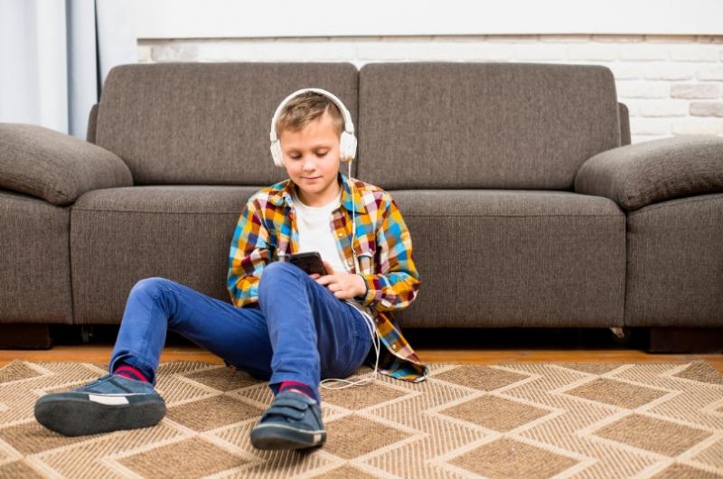 Chlapec sa hrá s mobilom